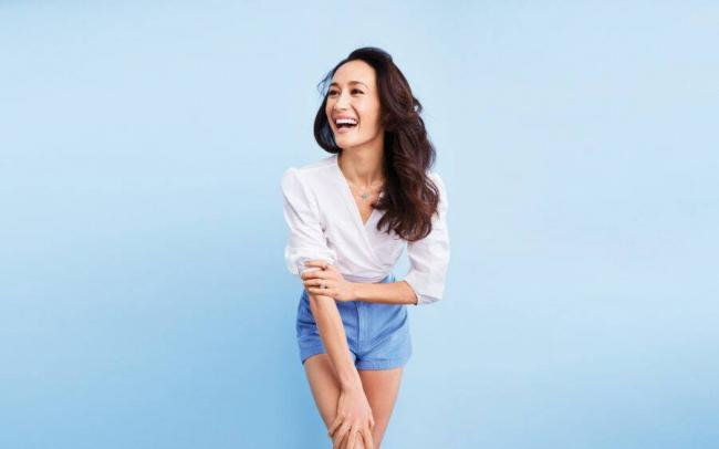 2019_smiling_girl__actress_maggie_q_on_a_blue_background_135342_18-900x563.jpg